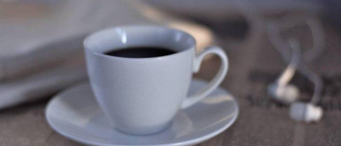 コーヒーカップとイヤホン
